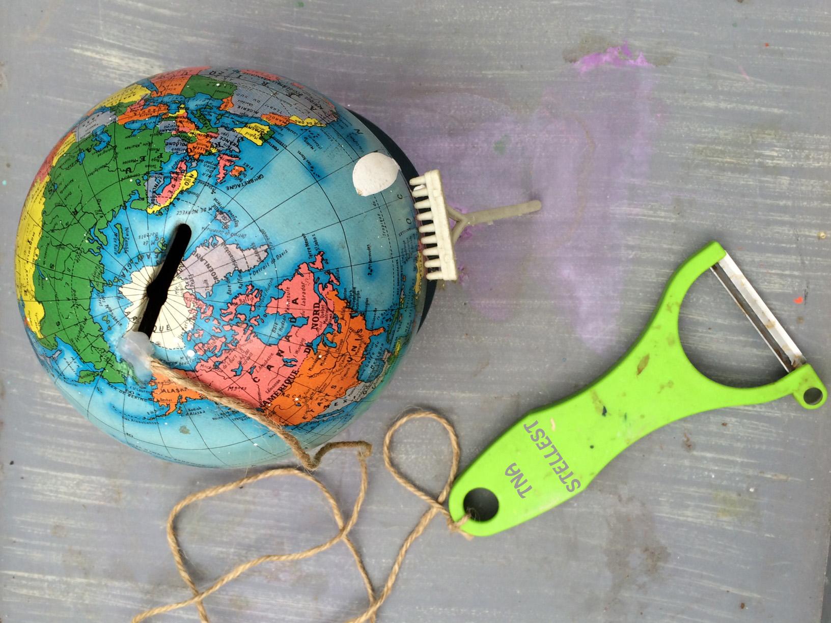 Kit pour éplucher la Terre - Rateau en promotion dans cent dix pays