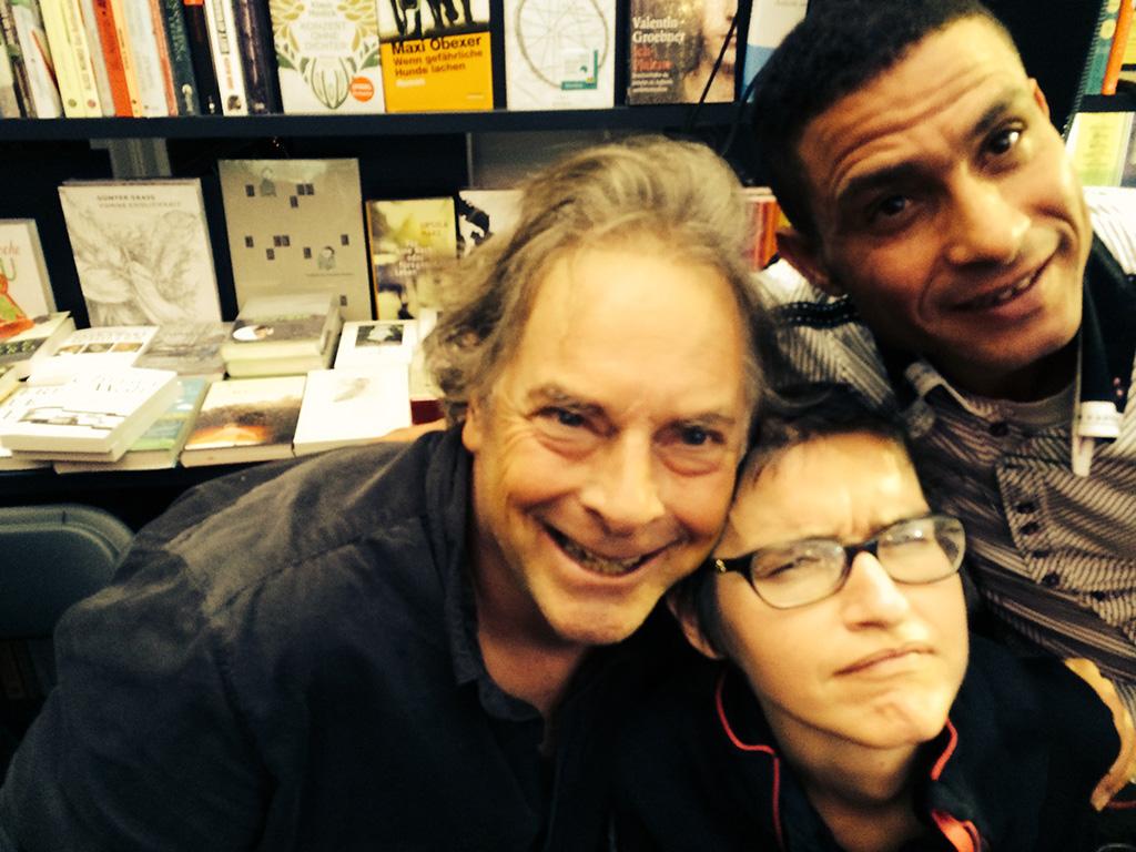 Patrice Stellest avec l'écrivain et metteur en scène Gael Reynaud et son assistant Abdel.
